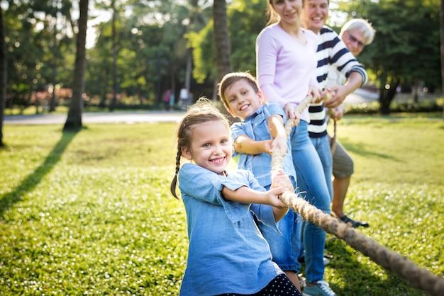 Familia jugando tira y afloja