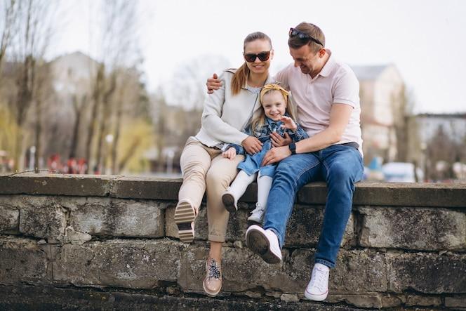 Familia junto al lago