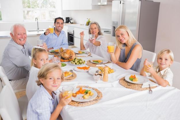 Familia levantando sus copas en acción de gracias