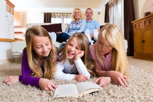 Familia leyendo un libro juntos