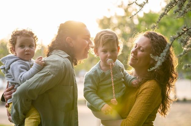 Familia lgbt al aire libre en el parque divirtiéndose