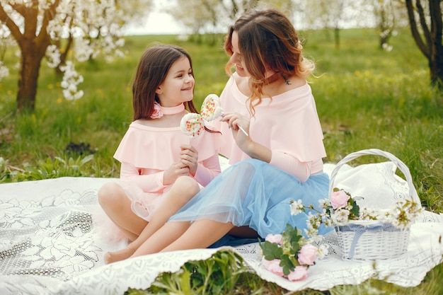 Familia linda y elegante en un parque de primavera