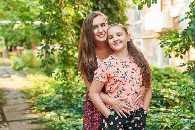 Familia madre e hija en el parque en el verano al atardecer