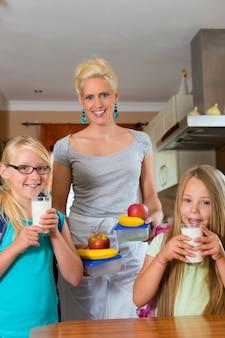 Familia, madre preparando el desayuno para la escuela