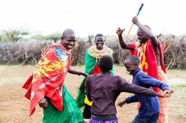 Familia masai celebrando y bailando
