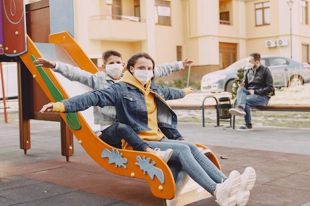 Familia en una máscara de pie en la calle