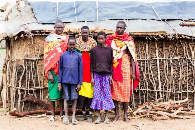 Familia de massai mirando en cámara