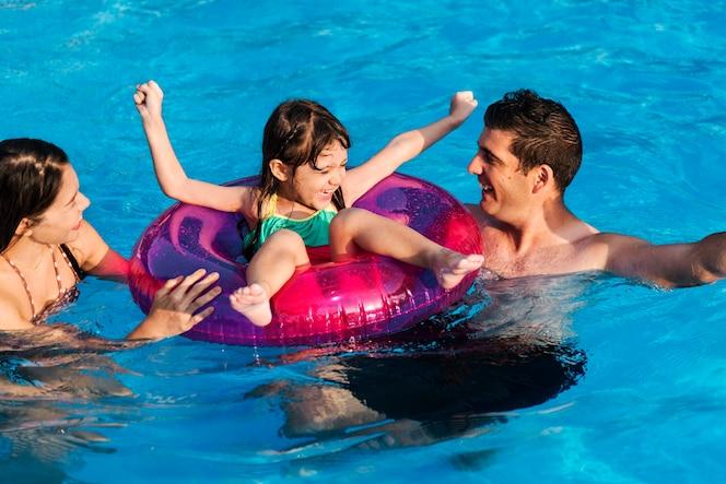 Piscina flotador fotos y vectores gratis for Fotos follando en la piscina