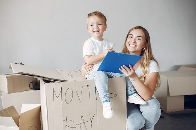 Familia moviéndose y usando cajas