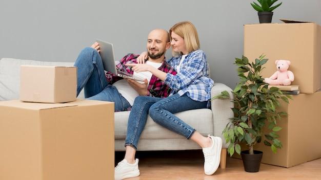 Familia mudarse a una casa nueva