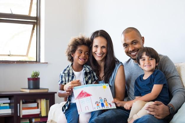 Familia multiétnica en sofá