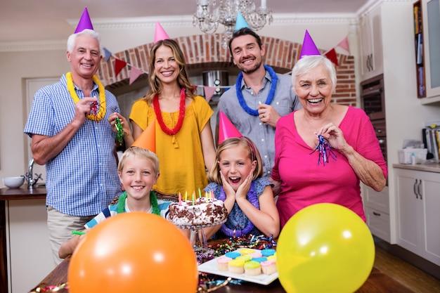 Familia multigeneración divirtiéndose en la fiesta de cumpleaños