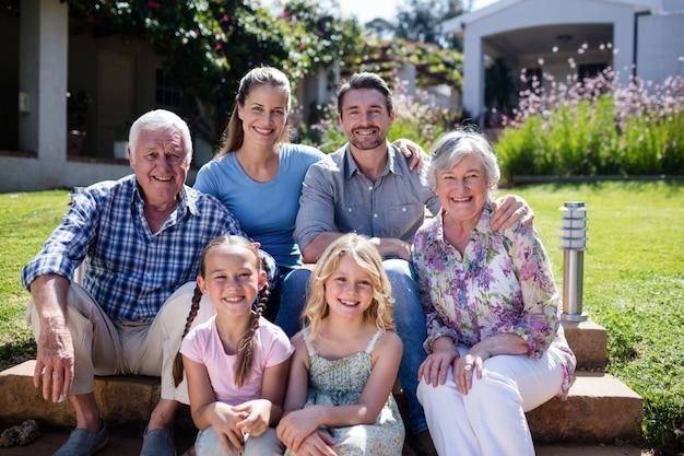 Familia multigeneración sentada en el jardín