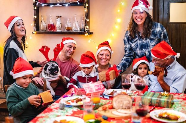 Familia multigeneracional divirtiéndose en la cena de navidad