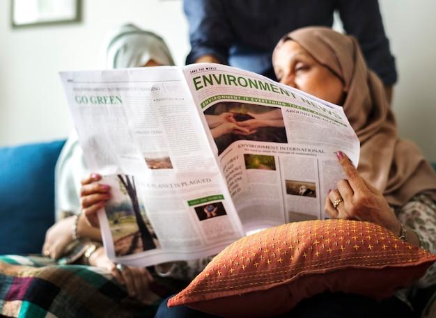 Familia musulmana leyendo las noticias