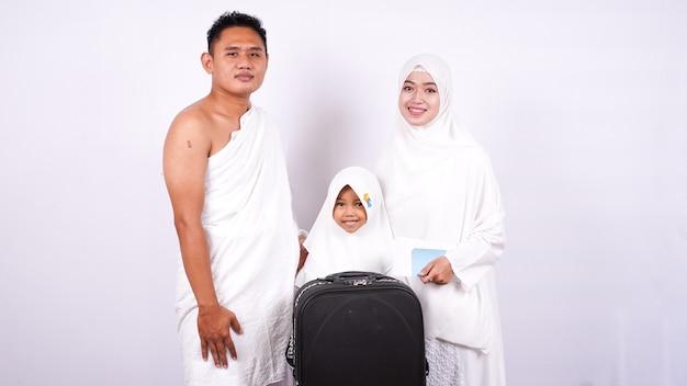 La familia musulmana se prepara allí umroh aislado