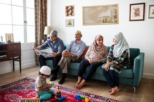 Familia musulmana relajante en el hogar