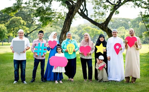 Familia musulmana sosteniendo varios iconos de redes sociales