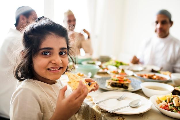 Familia musulmana teniendo una fiesta de ramadan