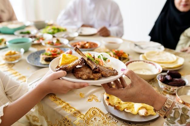 Familia musulmana teniendo una fiesta de ramadán