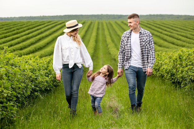 Familia con niña en tierras de cultivo