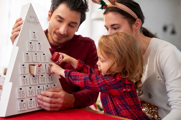 Familia con niño en navidad