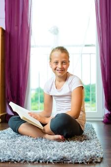 Familia, niño o adolescente leyendo un libro