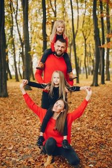 Familia con niños lindos en un parque de otoño