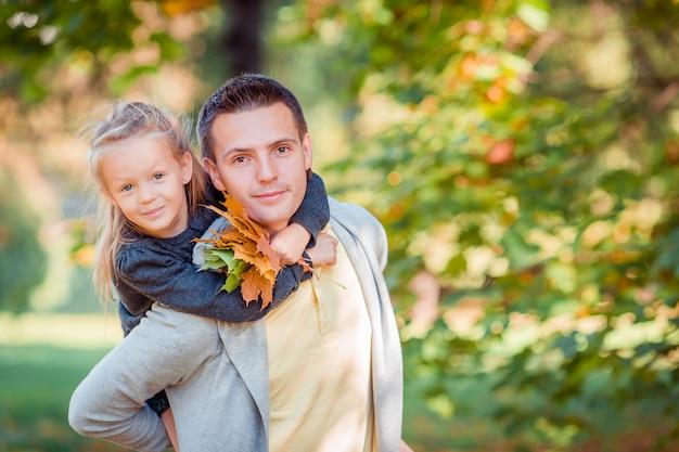 Familia de papá y niño en un hermoso día de otoño en el parque