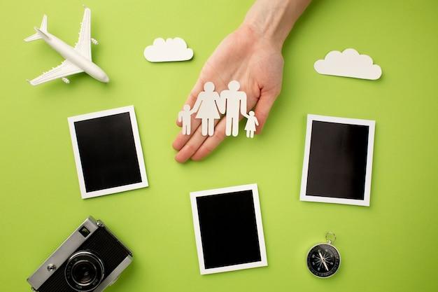 Familia de papel con fotos instantáneas y cámara.