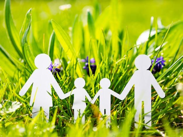 Familia de papel sobre hierba verde