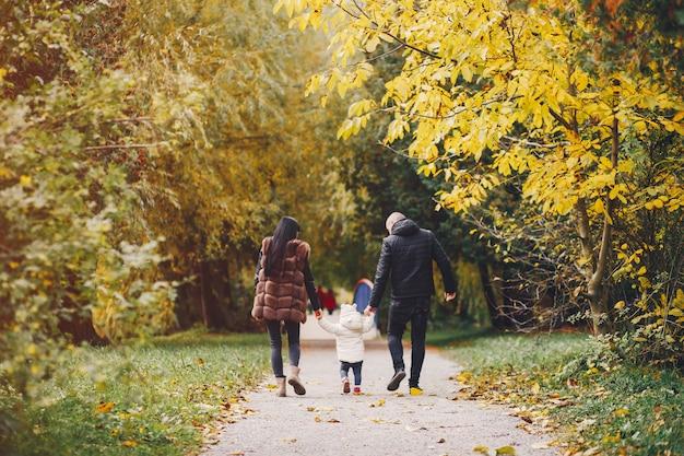 Familia en un parque de otoño