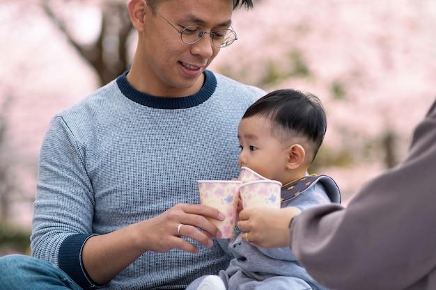 Familia pasando tiempo juntos al aire libre
