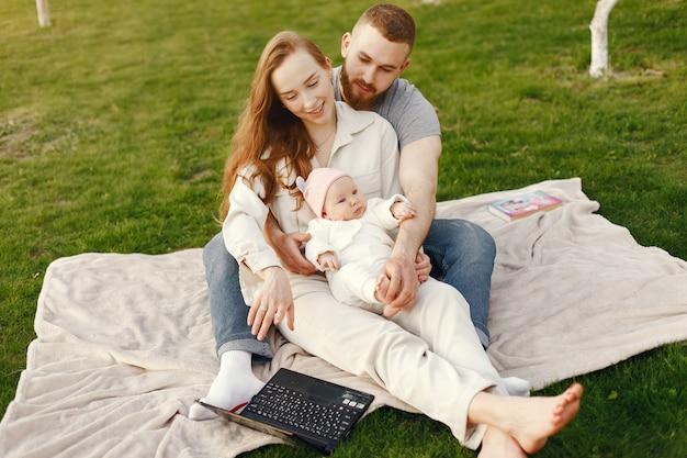 Familia pasar tiempo en un jardín de verano