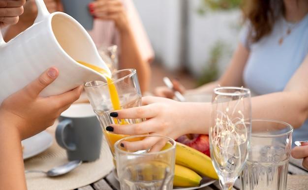 Familia pasar tiempo juntos al aire libre y beber jugo de naranja