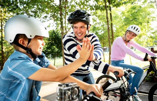 Familia en un paseo en bicicleta en el parque