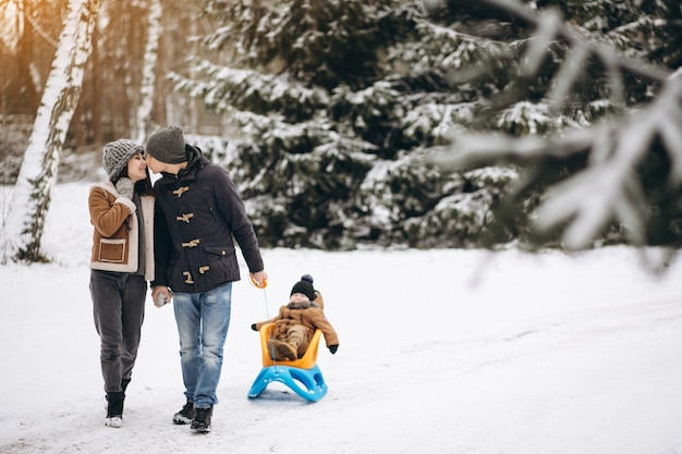 Familia en un paseo en trineo