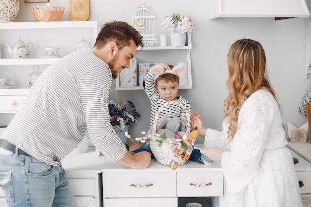 Familia con pequeño hijo en una cocina