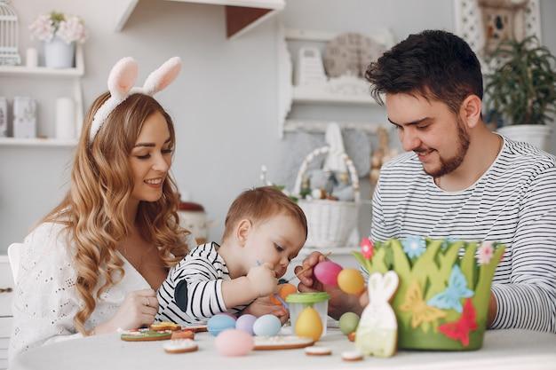Familia con pequeño hijo pintando