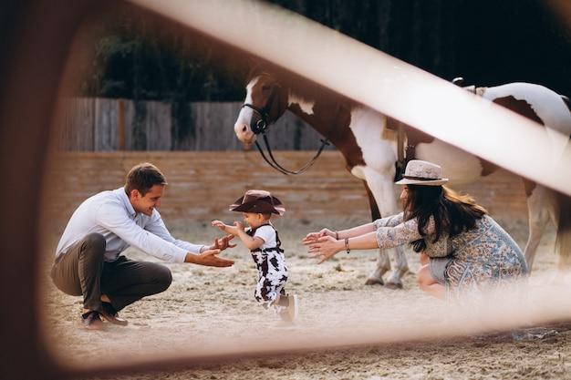 Familia con pequeño hijo en el rancho