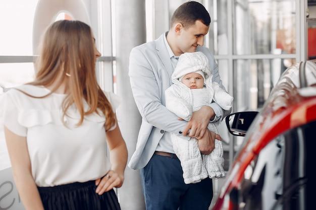 Familia con pequeño hijo en un salón de coche