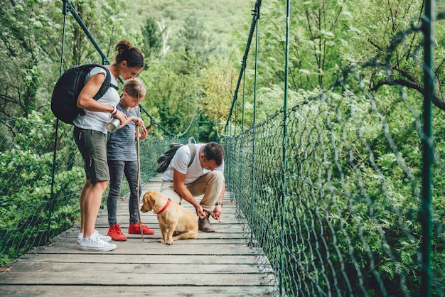 Familia con perros caminando en el bosque