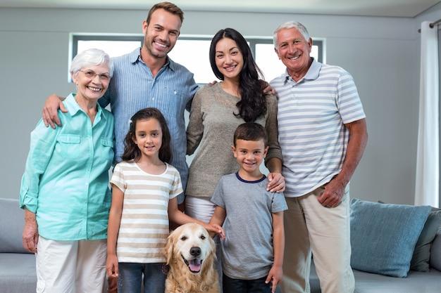 Familia de pie junto con perro