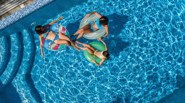 Familia en la piscina desde la vista aérea de aviones no tripulados