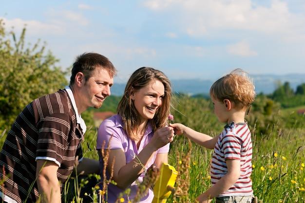 Familia en el prado