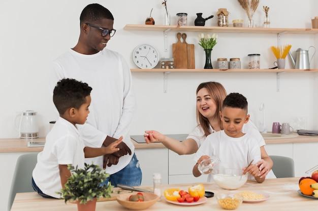 Familia preparando la cena juntos