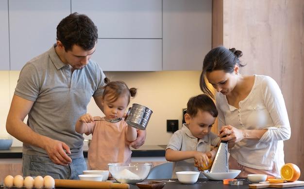 Familia preparando comida de tiro medio