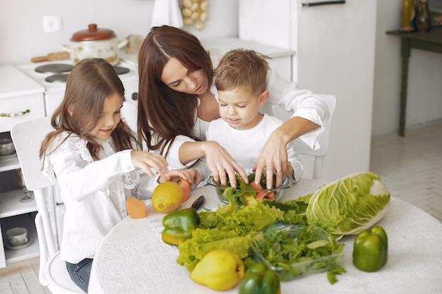 Familia preparando una ensalada en una cocina
