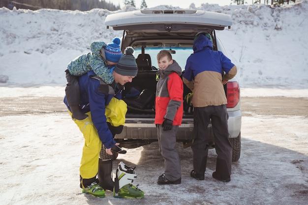 Familia preparándose para esquiar