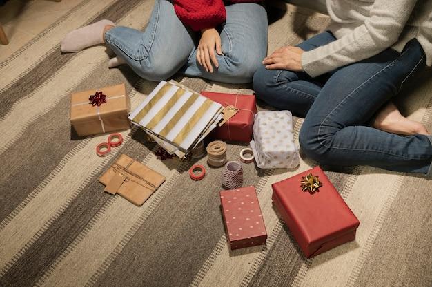 Familia de primer plano junto con regalos